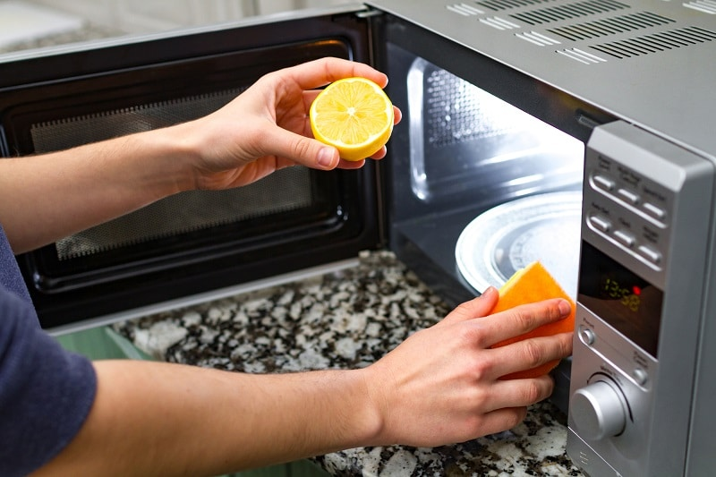 cleaning microwave oven using lemon